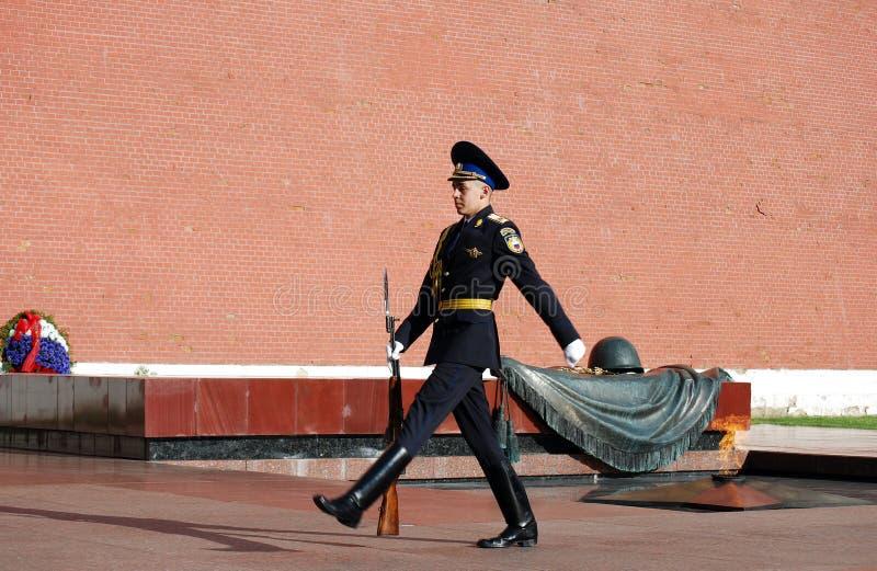 Cambio del guardia en la tumba del soldado desconocido en Aleksandrovsk a un jardín moscú fotografía de archivo
