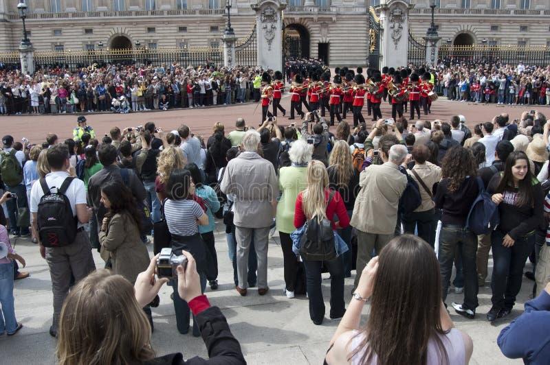 Cambio del protector en el Buckingham Palace Londres imagenes de archivo
