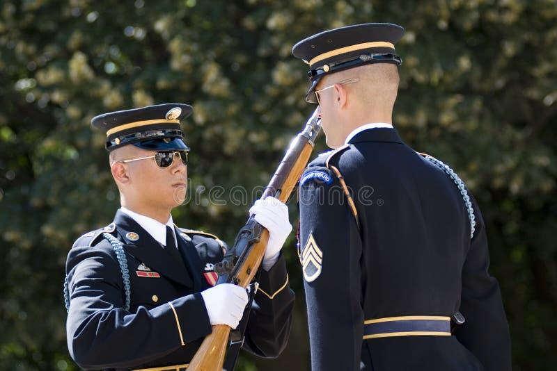 Cambio del protector en el cementerio de Arlington fotografía de archivo