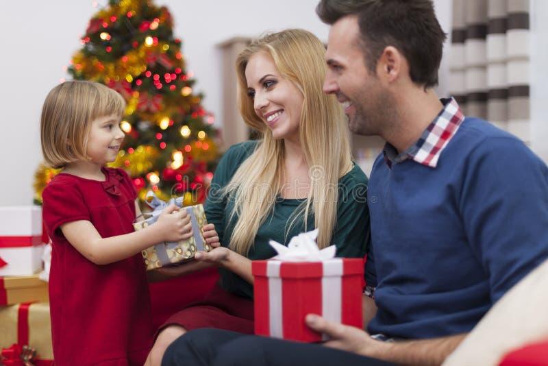 Cambio del regalo de la Navidad foto de archivo
