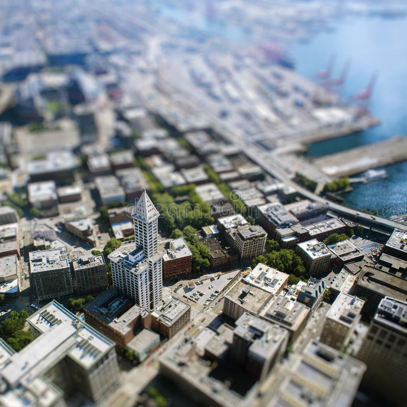 Cambio inclinable con el edificio alto en Seattle imagen de archivo
