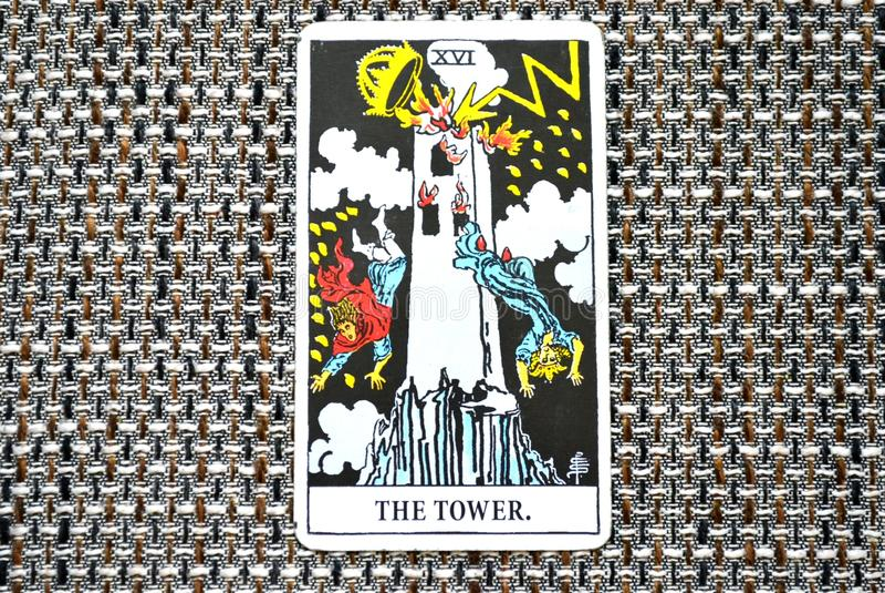 Cambio súbito e inesperado de la carta de tarot de la torre, agitación, destrucción, ruina, catástrofe imágenes de archivo libres de regalías