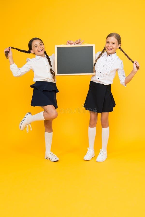 Cambios de información Espacio lindo de la copia de la pizarra del control de los alumnos de las colegialas Concepto del aviso de foto de archivo