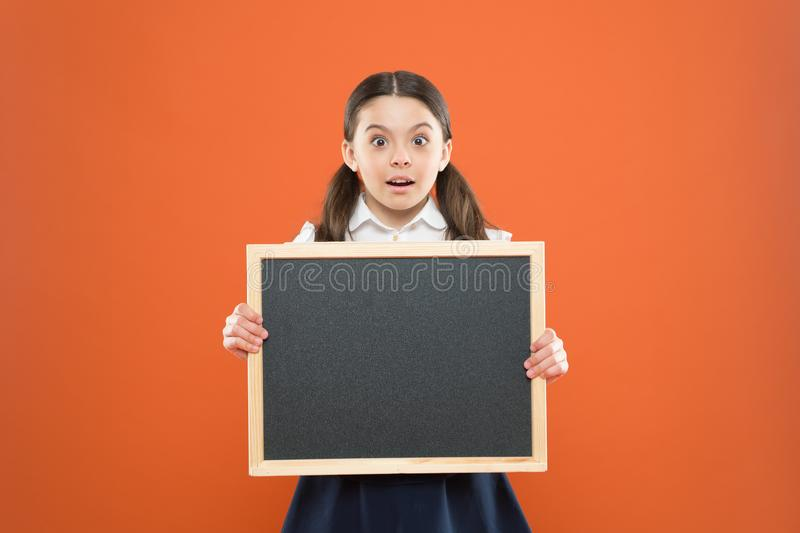Cambios de información de los niños en vida de la escuela Compruebe hacia fuera las responsabilidades de alumnos Tema de la lecci imagen de archivo libre de regalías