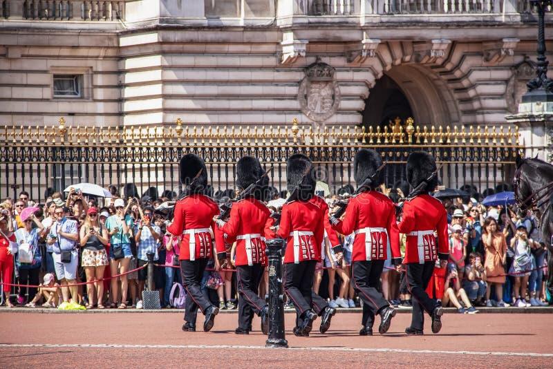 07-24 2019 cambios de Londres del guardia con las bayonetas que marcha a través el puertas con la muchedumbre alineada para mirar fotografía de archivo