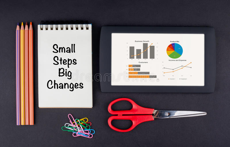 Cambios grandes de los pequeños pasos Tableta, lápices, tijeras, clips de papel imágenes de archivo libres de regalías