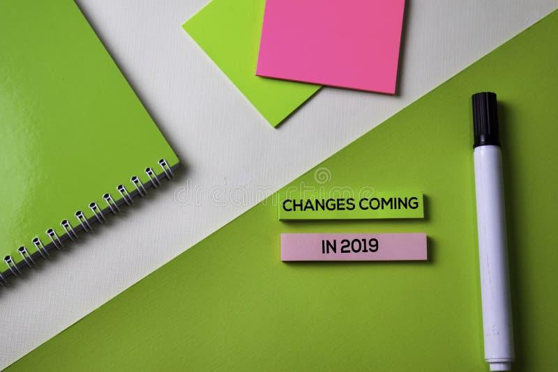 Cambios que vienen en 2019 texto en la tabla del escritorio de oficina de la visión superior de lugar de trabajo y de objetos com fotografía de archivo