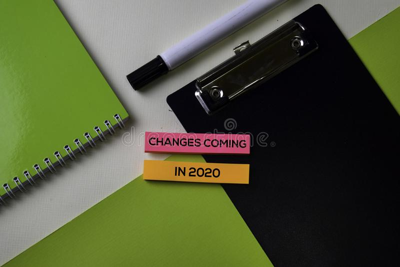 Cambios que vienen en 2020 texto en la tabla del escritorio de oficina de la visión superior de lugar de trabajo y de objetos com fotos de archivo libres de regalías
