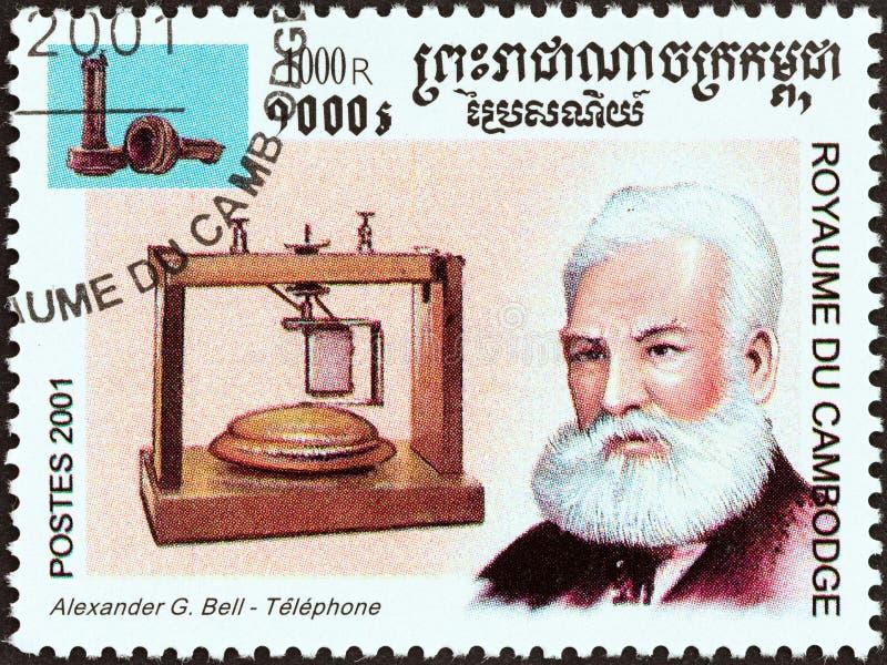 CAMBODIA - CIRCA 2001: En stämpel i Kambodja från 'Millennium'-frågan visar Alexander Graham Bell, telefon, runt 2001 arkivbilder