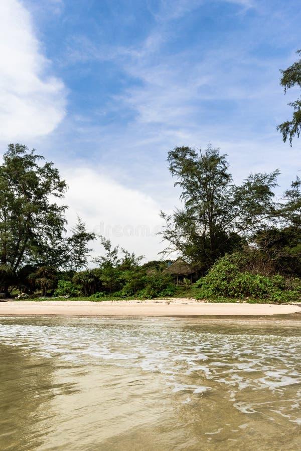 cambodia laguna, spiaggia, sabbia, acqua di mare e giungla fotografia stock libera da diritti