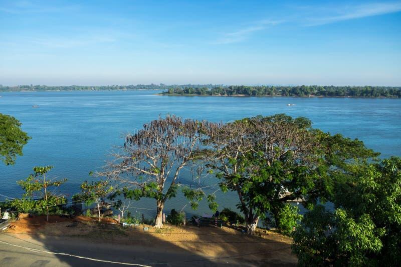 cambodia Mekong River Gr?nsen med Laos Stucken Treng stad royaltyfria bilder
