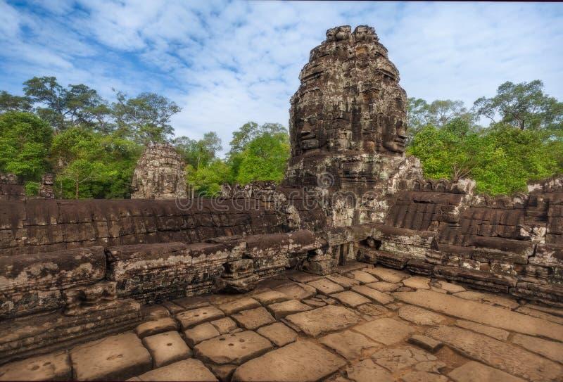 cambodia skördar siem Fördärvar av den Bayon templet med många stenframsidor, historiska Angkor parkerar arkivbilder