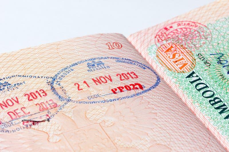 Cambodja invandringstämpel i pass arkivfoto