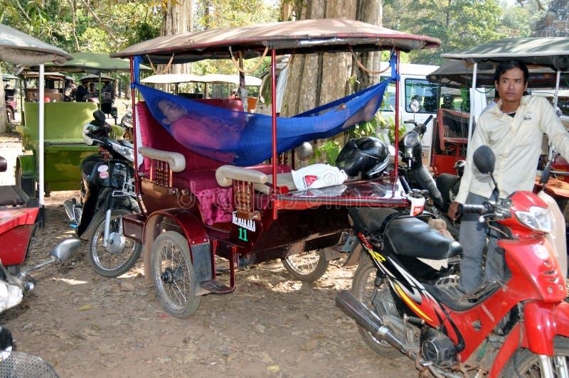 Cambodja - Rickshaws som parkerar med att sova chauffören arkivbilder