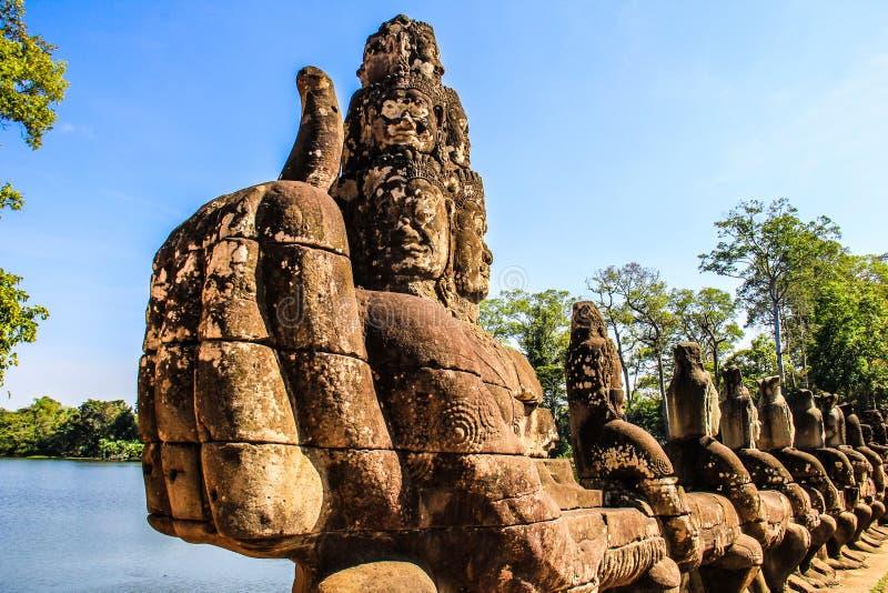 Cambodja Siem Reap Angkor Thom Gate skulptur royaltyfri bild