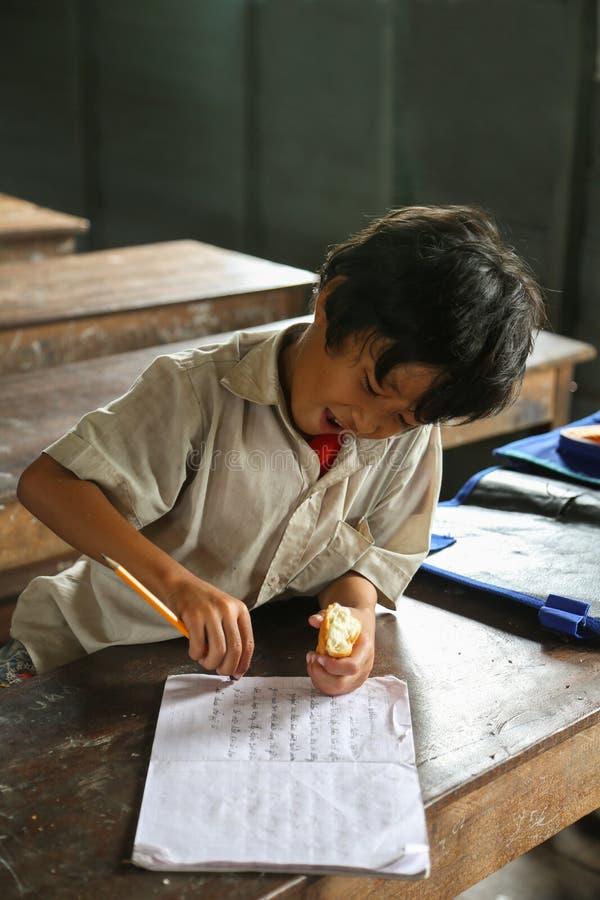 Cambodjaans jong geitje in het klaslokaal royalty-vrije stock foto