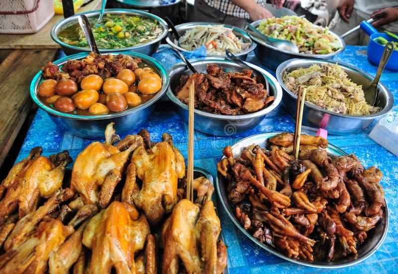 Cambodjaanse keuken - lokaal voedsel bij landelijke markt stock afbeeldingen