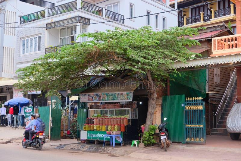 Camboya, Siem Reap 12/08/2018 comercio de la calle en las especias y las frutas exóticas, porciones de tarros multicolores con la fotos de archivo