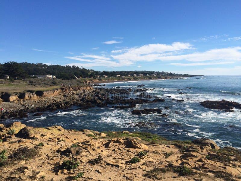Cambria överblick av stenig shoreline mot tidvattnet arkivbilder