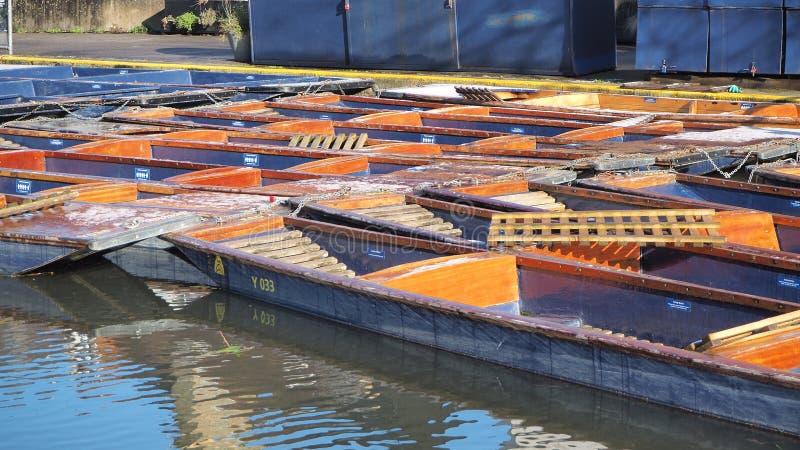 cambridge Англия Пустые деревянные шлюпки используемые для путешествий вдоль кулачка реки стоковое изображение