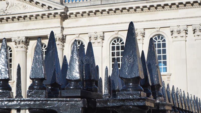 Cambridge, Angleterre La porte noire en métal avec les transitoires aiguës de la Chambre de sénat de l'université de Cambridge photographie stock libre de droits