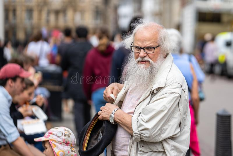 Cambridge, Großbritannien, am 1. August 2019 Bärtiger älterer Mann an der Straße lizenzfreies stockbild