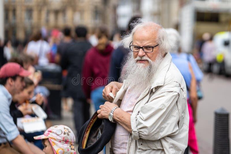 Cambridge, het UK, 1 Augustus, 2019 Gebaarde Hogere mens bij de straat royalty-vrije stock afbeelding