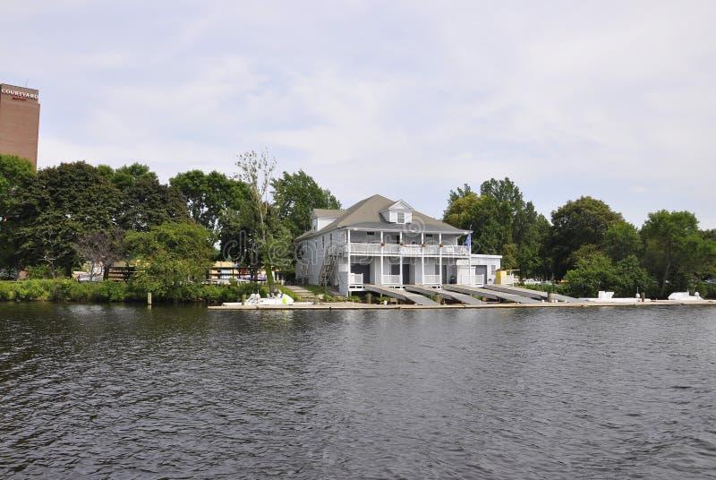 Cambridge, il 30 giugno: Club Buiding della barca su Charles Riverside da Cambridge nello stato di Massachusettes di U.S.A. fotografia stock