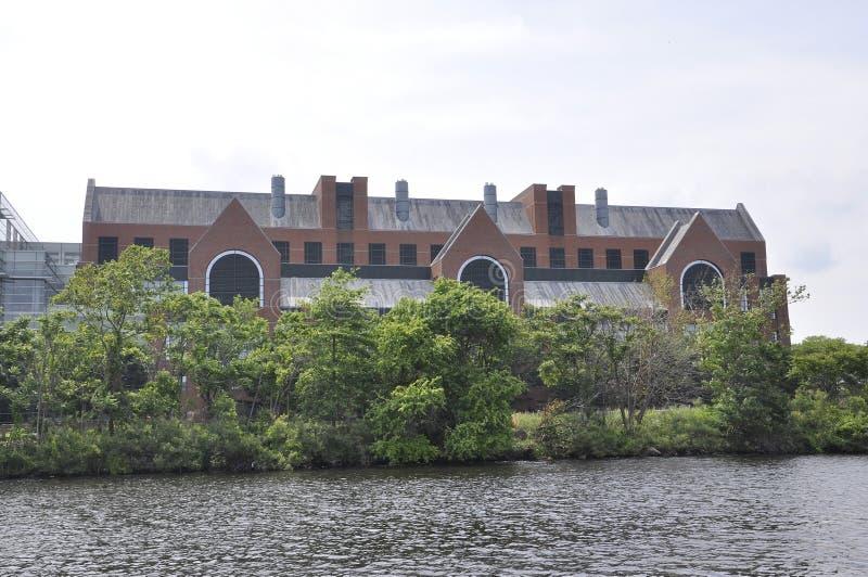 Cambridge, il 30 giugno: Genzyme Company Buiding su Charles Riverside da Cambridge nello stato di Massachusettes di U.S.A. immagini stock libere da diritti