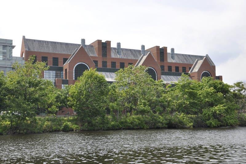Cambridge, il 30 giugno: Genzyme Company Buiding su Charles Riverside da Cambridge nello stato di Massachusettes di U.S.A. fotografie stock libere da diritti