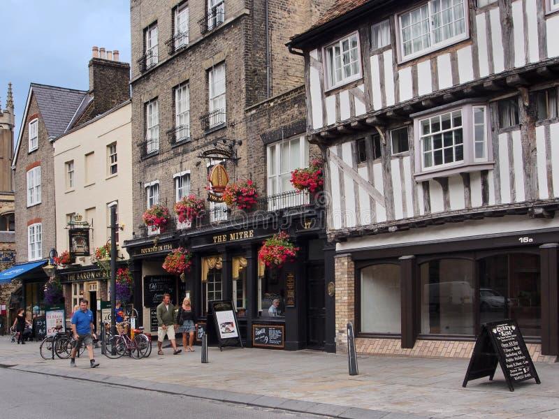 CAMBRIDGE, INGLATERRA - construa uma ponte sobre a construção medieval da rua foto de stock royalty free