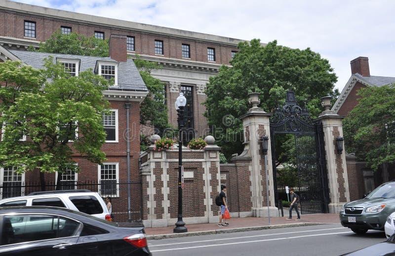 Cambridge mA, el 30 de junio: Puerta del campus de Harvard en el estado de Cambridge Massachusettes de los E.E.U.U. fotos de archivo