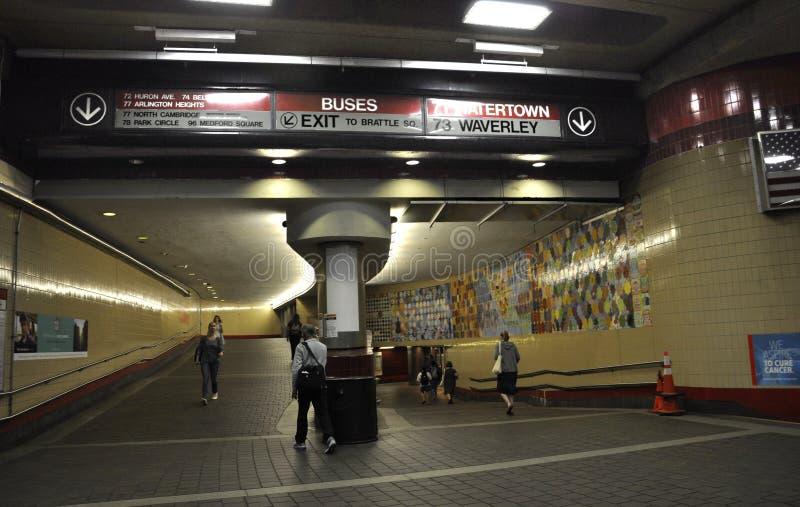 Cambridge mA, il 30 giugno: Interno della stazione della metropolitana della linea rossa da Cambridge del centro nello stato di M immagine stock libera da diritti