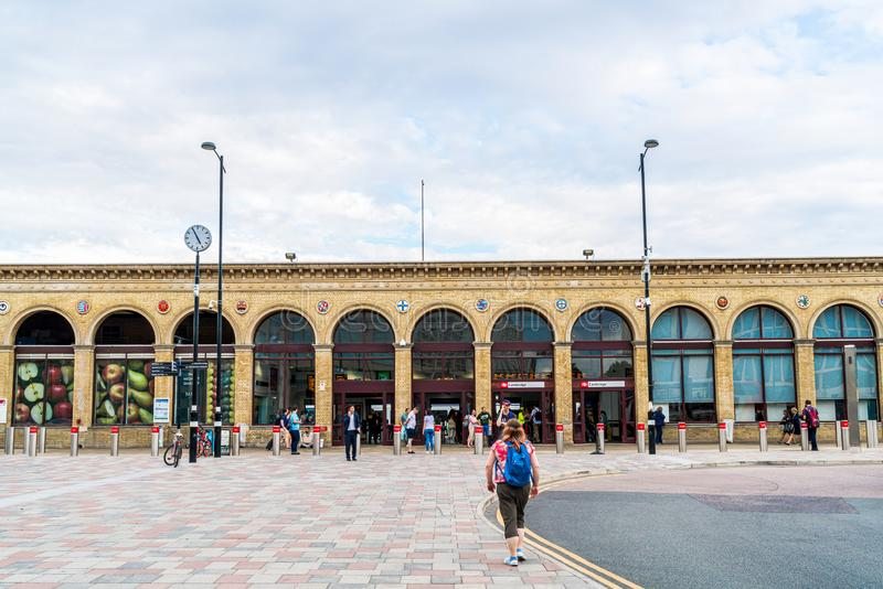 Cambridge, Regno Unito 28 AGO 2019 : Stazione di Cambridge Si vedono i passeggeri arrivare alla stazione e camminare verso la sta immagini stock