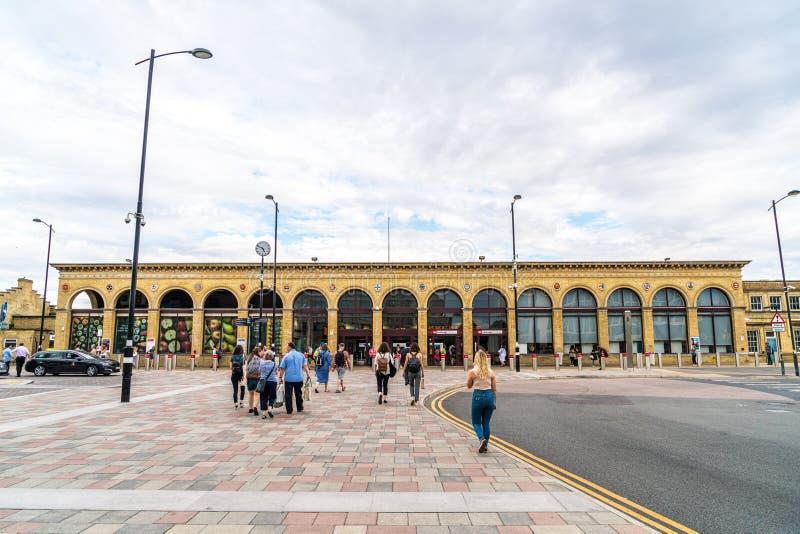 Cambridge, Regno Unito 28 AGO 2019 : Stazione di Cambridge Si vedono i passeggeri arrivare alla stazione e camminare verso la sta fotografia stock libera da diritti