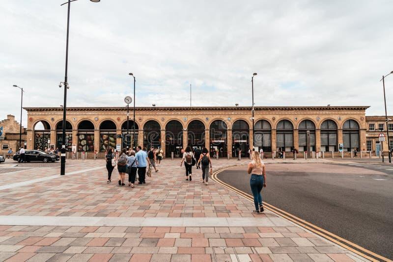 Cambridge, Regno Unito 28 AGO 2019 : Stazione di Cambridge Si vedono i passeggeri arrivare alla stazione e camminare verso la sta fotografie stock libere da diritti