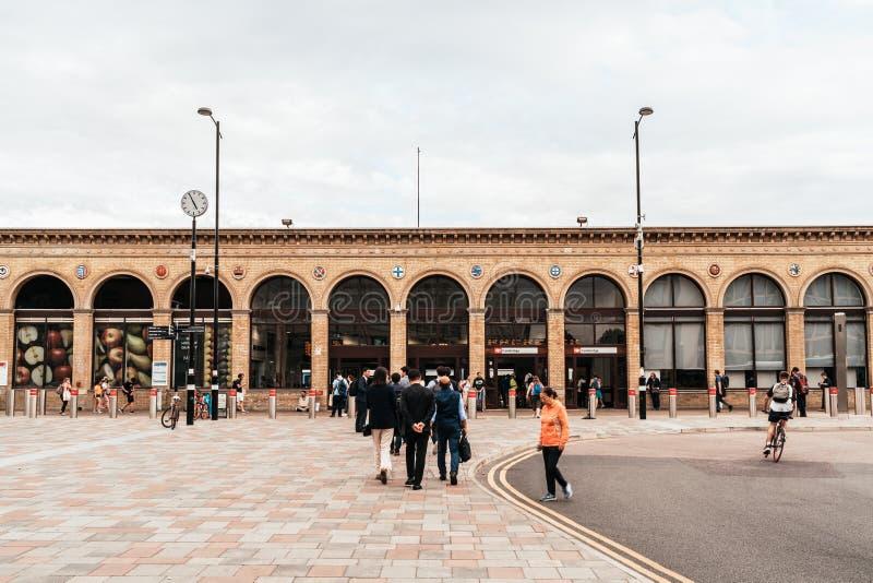 Cambridge, Regno Unito 28 AGO 2019 : Stazione di Cambridge Si vedono i passeggeri arrivare alla stazione e camminare verso la sta fotografia stock