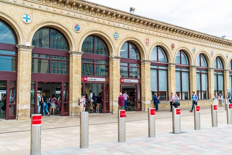Cambridge, Regno Unito 28 AGO 2019 : Stazione di Cambridge Si vedono i passeggeri arrivare alla stazione e camminare verso la sta immagine stock