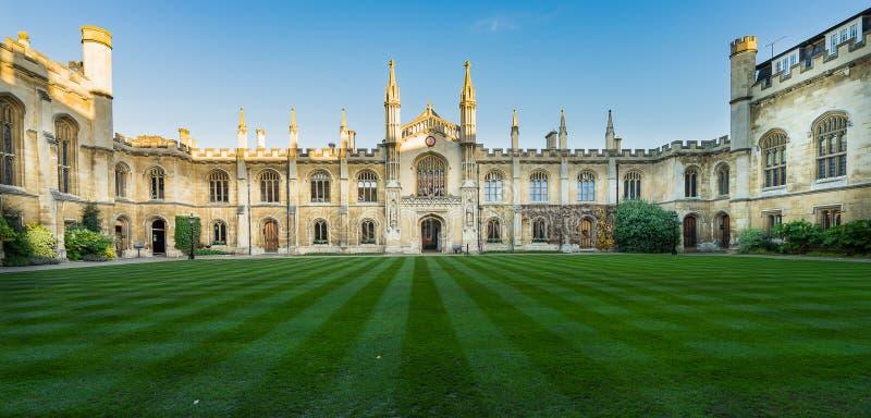 CAMBRIDGE, REINO UNIDO - 25 DE NOVIEMBRE DE 2016: El patio de la recopilación Christi College, es una de las universidades antigu foto de archivo libre de regalías