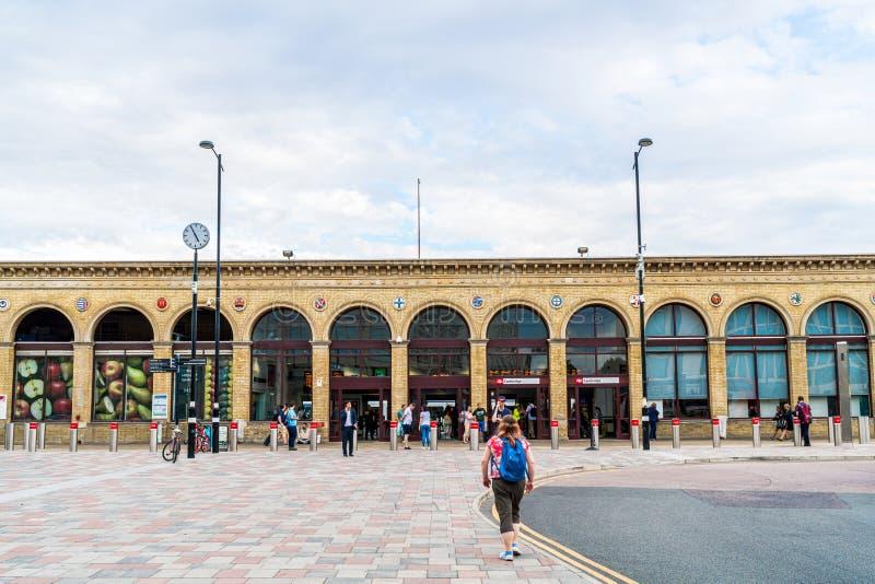 Cambridge (Royaume-Uni) 28 AOÛT 2019 : Gare de Cambridge On voit les passagers arriver à la gare et se rendre à pied à images stock
