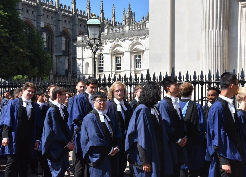 Cambridge UK, Juni 27 2018: Universitetsstudenter som utanför väntar fotografering för bildbyråer