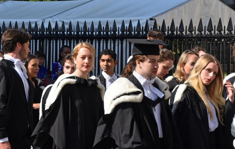 Cambridge UK, Juni 27 2018: Universitetsstudenter som väntar för att gå in royaltyfri fotografi