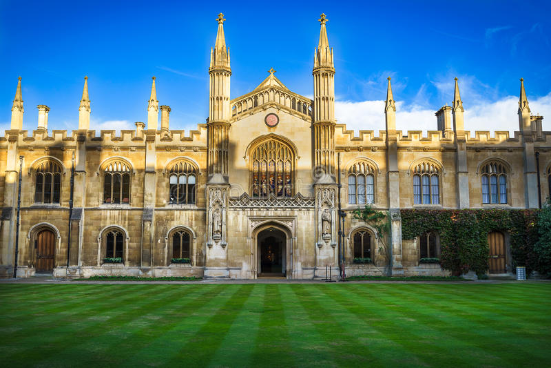 CAMBRIDGE UK - NOVEMBER 25, 2016: Borggården av corpuset Christi College, är en av de forntida högskolorna i universitetet av Ca arkivfoto