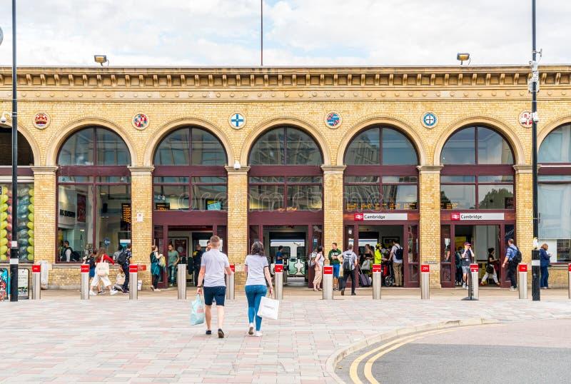 Cambridge, Zjednoczone Królestwo 28 sierpnia 2019 r. : Cambridge Widziano, jak pasażerowie przyjeżdżają na stację i idą do obrazy stock