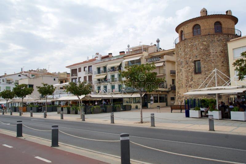 CAMBRILS, ИСПАНИЯ - 27-ое августа 2017: Ria de Cambrils - Torre del Порт ` Hist ` Museu d Набережная с ресторанами и пабами стоковая фотография