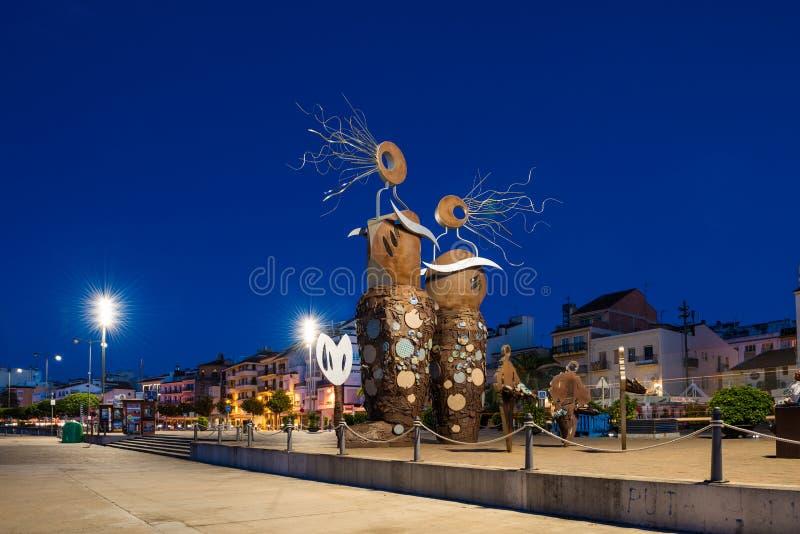 CAMBRILS SPANIEN - SEPTEMBER 16, 2017: Sikt av invallningen av staden och den moderna skulptur`en sjöjungfru`en, royaltyfri bild