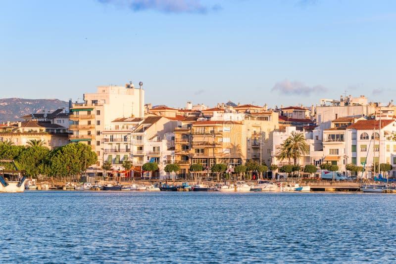 CAMBRILS SPANIEN - SEPTEMBER 16, 2017: Sikt av riaen de Cambrils - Torre del Port för port- och för museu D `-Hist ` Kopiera utry royaltyfri fotografi