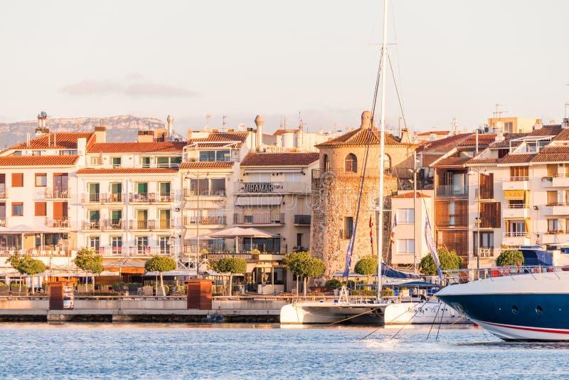 CAMBRILS SPANIEN - SEPTEMBER 16, 2017: Sikt av riaen de Cambrils - Torre del Port för port- och för museu D `-Hist ` Kopiera utry fotografering för bildbyråer