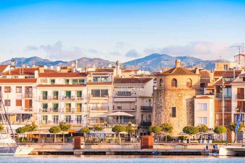 CAMBRILS SPANIEN - SEPTEMBER 16, 2017: Sikt av riaen de Cambrils - Torre del Port för port- och för museu D `-Hist ` Kopiera utry arkivbild