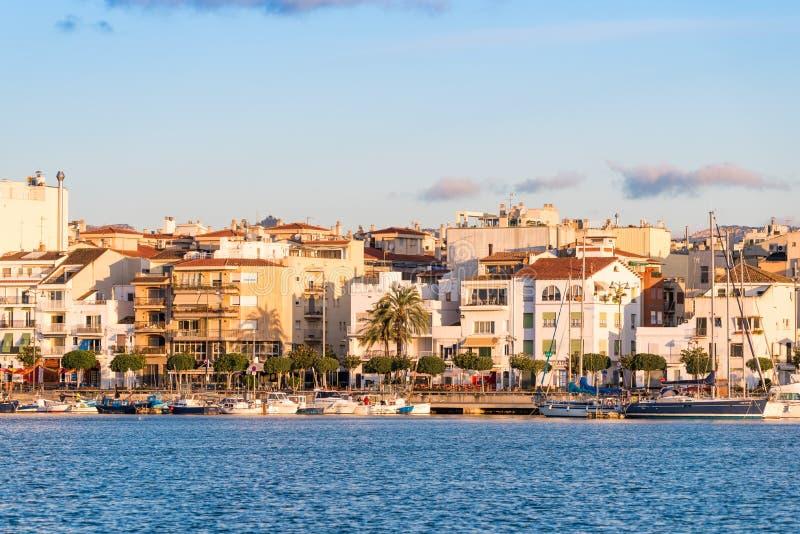 CAMBRILS SPANIEN - SEPTEMBER 16, 2017: Sikt av riaen de Cambrils - Torre del Port för port- och för museu D `-Hist ` Kopiera utry royaltyfria bilder